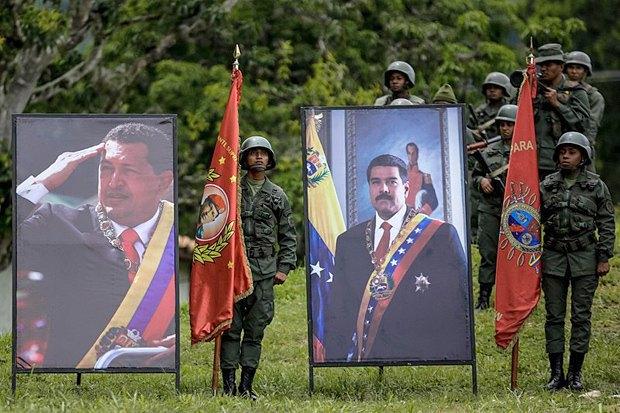 Военные рядом с портретами покойного президента Венесуэлы Уго Чавеса (слева) и президента Венесуэлы Николаса Мадуро во время выступления министра обороны страны в Каракасе, Венесуэла, 14 августа, 2017.
