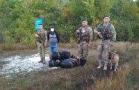 Пограничники Луганского отряда задержали мужчину, который нес из России 500 шапок