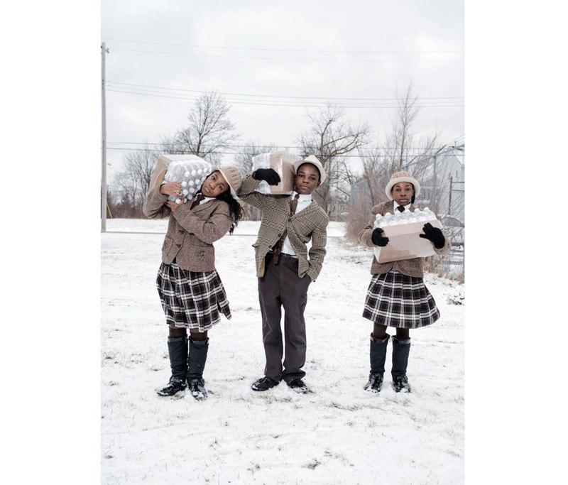 Антонио, Джули и Инди Абрам несут домой суточную норму бутилированной воды из пожарного депо во время кризиса с питьевой водой в Мичигане.