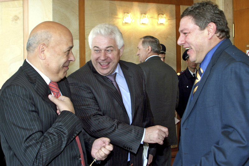 Представник Президента України в Криму Геннадій Москаль з депутатами кримського парламенту перед пленарним засіданням, Сімферополь, 22 листопада 2006 року.