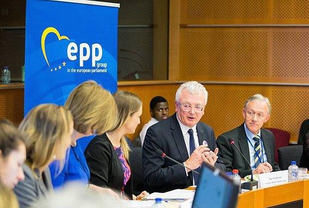 Найджел Хендерсон (в центре) во время выступления в Европарламенте