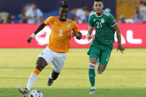 В 1/4 фіналу Кубка Африки гравець свідомо вдарив себе рукою суперника, провокуючи вилучення