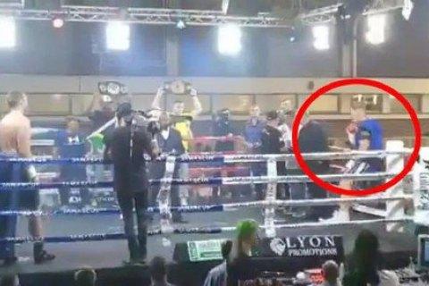 Боксер-профессионал получил нелепую травму, выпав с ринга перед боем