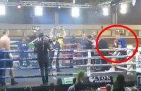 Боксер-професіонал отримав безглузду травму, коли випав з рингу перед боєм