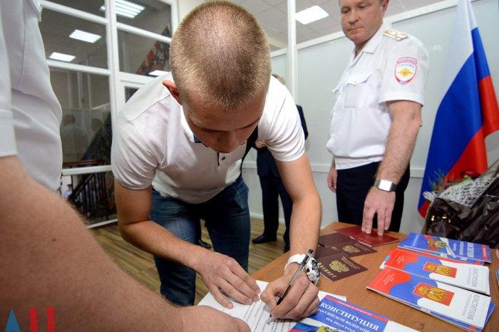 Видача жителям ДНР паспортів громадянина РФ
