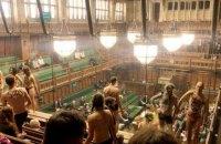 """Противники глобального потепління провели """"голий протест"""" у парламенті Британії"""