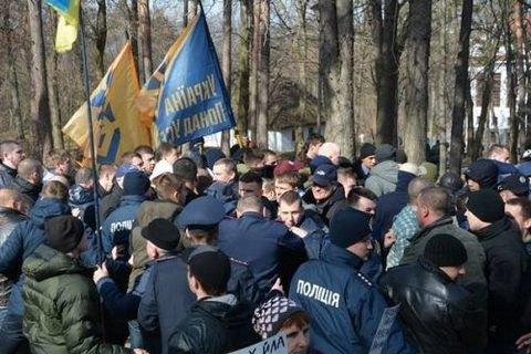 """""""Національний корпус"""" поштовхався з """"Українським вибором"""" біля могили Шевченка"""