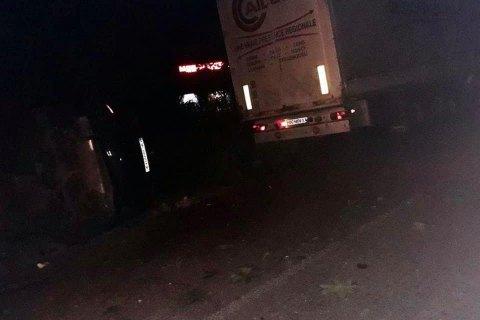 В Бродах автомобиль переехал водителя грузовика, когда он менял колесо
