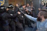Националисты подрались с полицией и подожгли мусорный бак под ГПУ (обновлено)