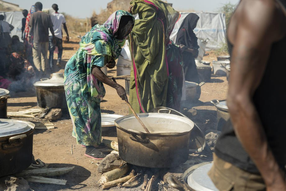 Жінка готує їжу в таборі для біженців з Ефіопії в місті Ум-Ракуба, штат Аль-Кадаріф, Судан, 28 листопада 2020 р.
