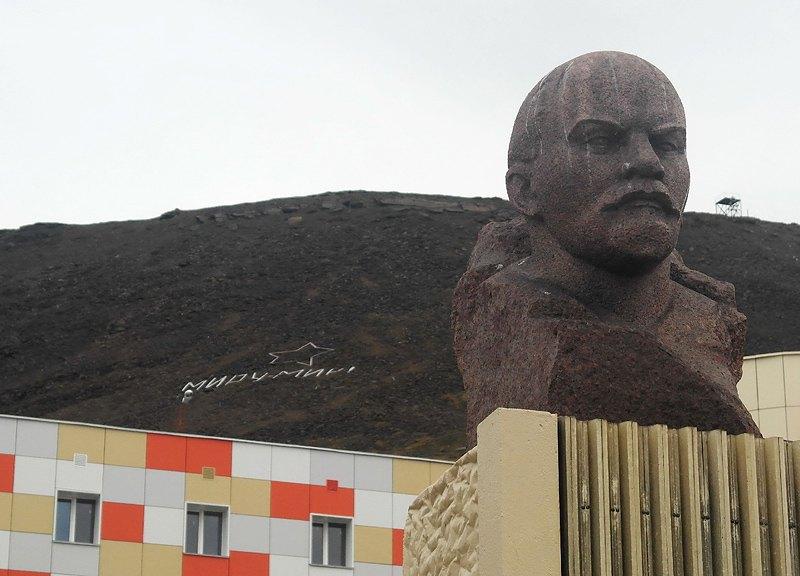 Ленин в Баренцбурге. За ним на склоне горы надпись: «Миру — мир». Местные шутят, что когда она появляется из-под снега, начинается лето.