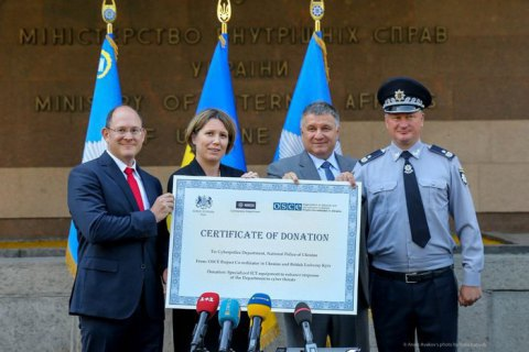 Великобританія передала Україні спецобладнання для кіберполіції