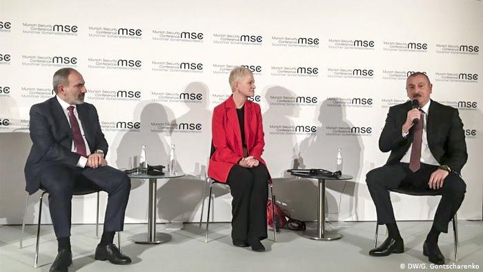 Лидеры Армении и Азербайджана Никол Пашинян (слева) и Ильхам Алиев во время дебатов на Мюнхенской конференции по безопасности