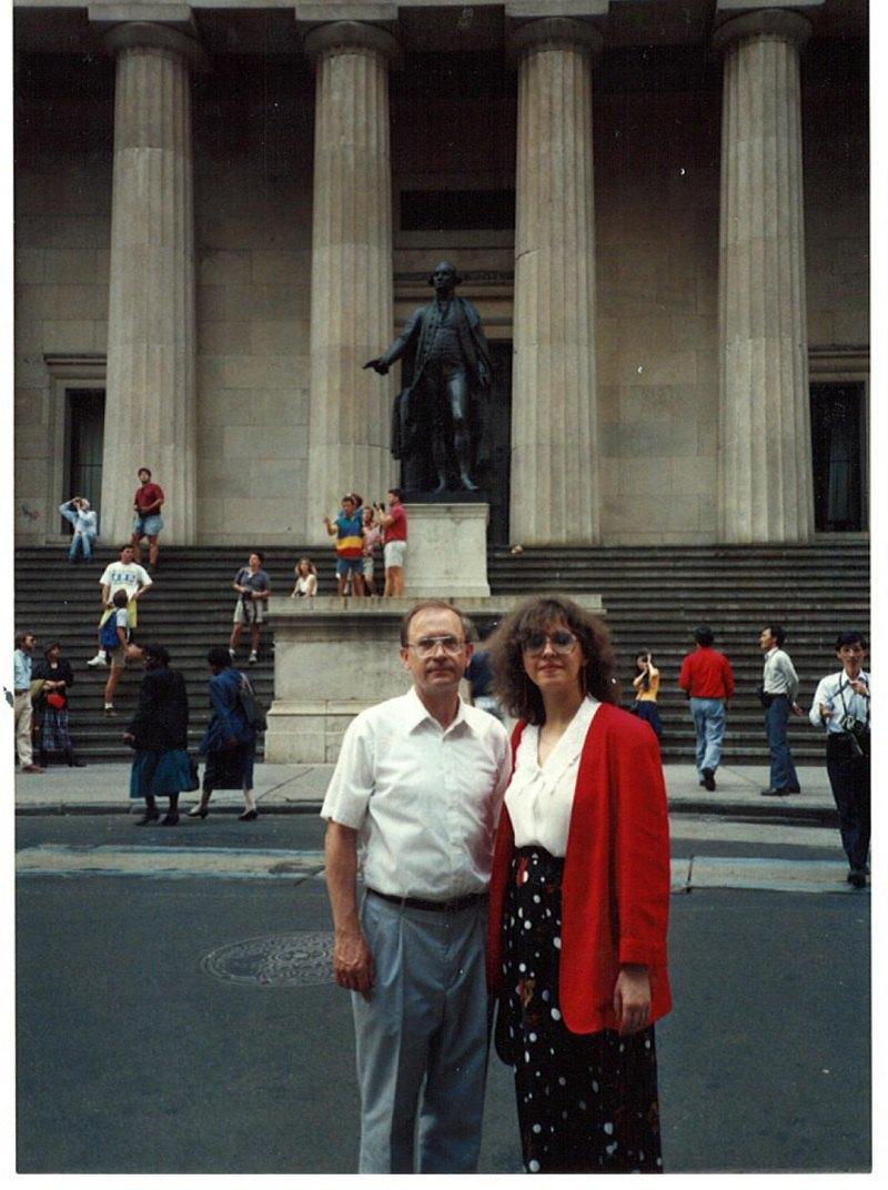 1991. Оксана Забужко в Нью-Йорку з Романом Воронкою, американським математиком, який першим, ще в останні роки СРСР, розпочав комп'ютеризацію українських вищих і середніх шкіл.