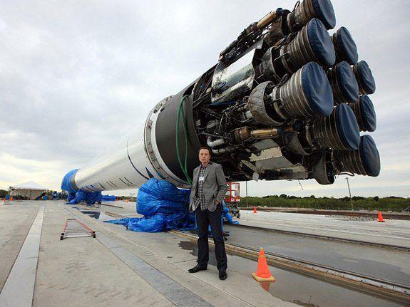 Руководитель SpaceX Илон Маск (Elon Musk) стоит перед частной ракетой компании Falcon