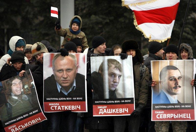 Білоруси тримають портрети політв'язнів під час опозиційного мітингу, присвяченого неофіційному Дню Свободи в Мінську, Білорусь, 24 березня 2013 р.