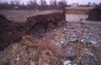 У Калуші поряд із житловими будинками утворилася величезна вирва