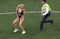 Девушка, выбежавшая на поле во время финала Лиги Чемпионов, оказалась связана с российским пранкером