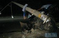 В Киеве водитель внедорожника снес железобетонный столб