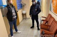 В Коцюбинском неизвестные в черной одежде и в темных очках пыталась заблокировать работу избирательной комиссии