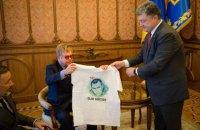 Порошенко подарил Элтону Джону футболки с Сенцовым и Савченко