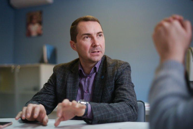 Перед тим, як очолити НСЗУ, Олег Петренко працював в топ-менеджменті приватної клініки Ісіда, до того - в кліниці Оберіг. В 2005-2007 роках був радником міністра охорони здоров'я, займався в тому числі розробкою реформи