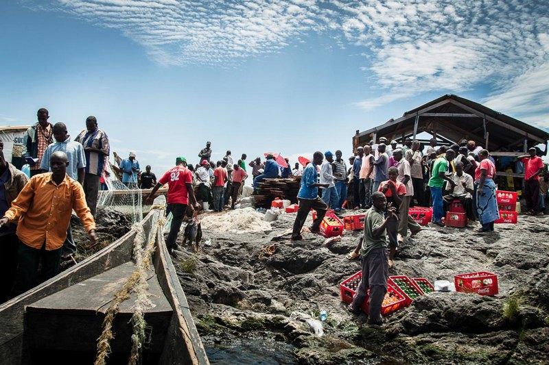 Каждое утро на остров прибывают лодки с продовольствием