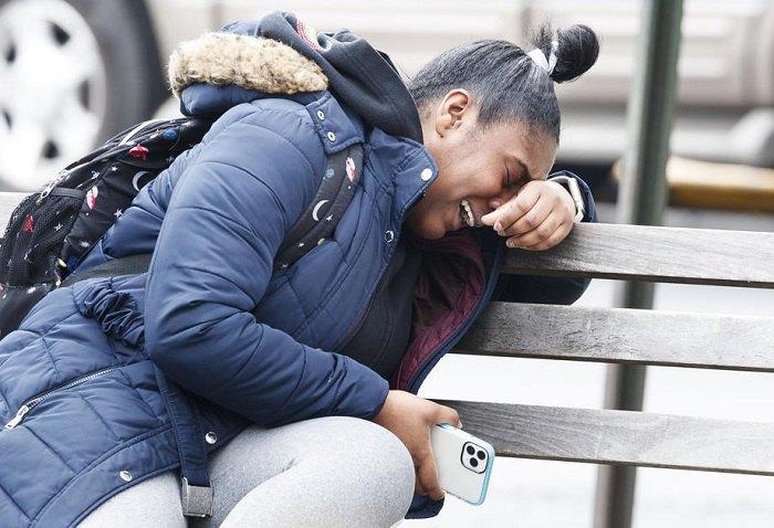 Женщина плачет после смерти члена семьи от коронавируса, Бронкс, Нью-Йорк