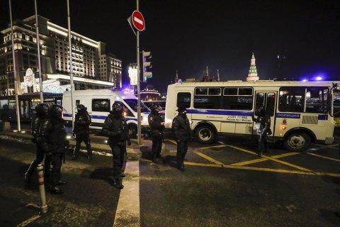 У Росії заарештовані протестувальники штовхали заглухлий поліцейський автозак
