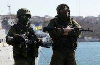 Російські військові встановлюють кулемети на аеродромі в Саках