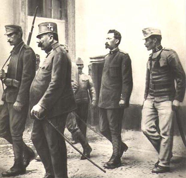 Баттисти под конвоем возле здания суда после оглашения смертного приговора
