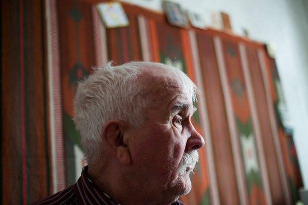 Микола Іванович пояснює, що в Будинку ветеранів сцени йому комфортніше, ніж з онуками, хоча онуки про нього не забувають
