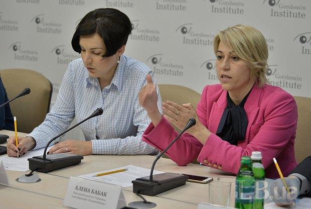 Алена Бабак(правее) и Соня Кошкина, модератор круглого стола
