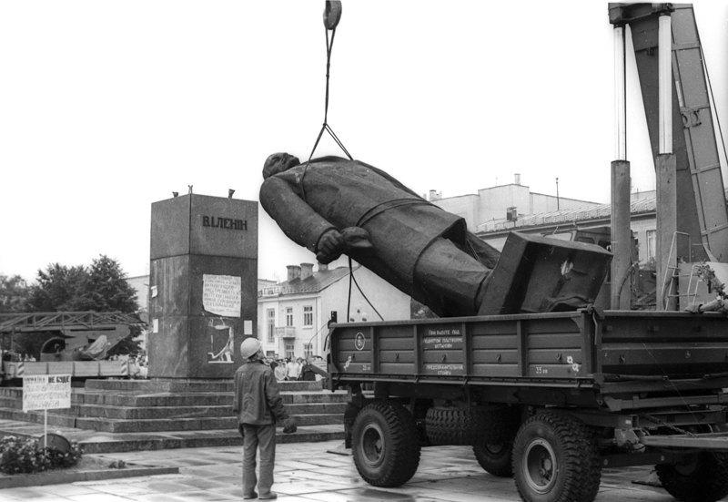 Демонтаж пам'ятника Леніну в 1991 році.