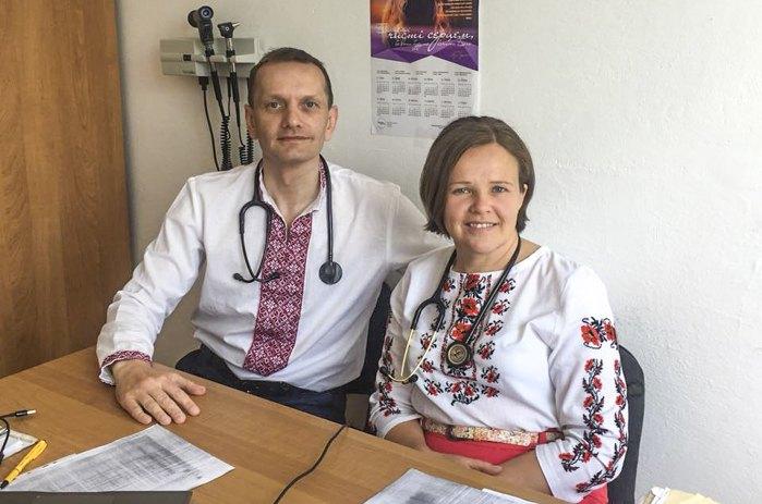 Вадим з дружиною Оленою на роботі у День вишиванки