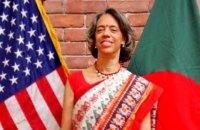 Автомобиль американского посла забросали камнями в Бангладеш