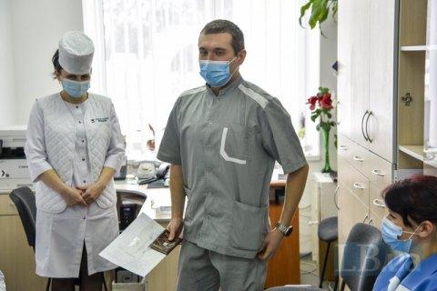 Щеплені і щасливі. Як в Україні розпочалася вакцинація від ковіду