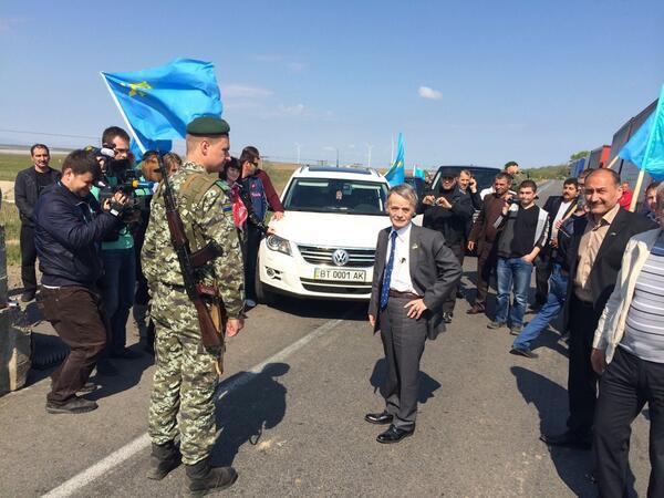 Митинг крымских татар на въезде в Крым в поддержку Джемилева. Российские власти запретили ему находиться на территории автономной республики