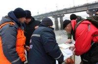 Киевские водолазы ищут в Днепре тело прыгнувшей с моста студентки