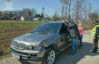 В Ивано-Франковске женщина на авто сбила патрульного и участников ДТП и скрылась с места происшествия