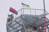 """Вавилон'13: """"Правый сектор"""" вывешивает свой флаг возле Донецкого аэропорта"""