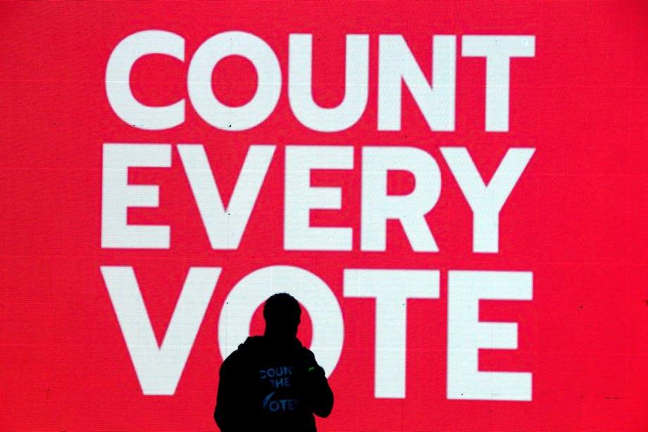 Митинг с требованием учесть каждый голос на следующий день после дня выборов на площади Макферсон, недалеко от Белого дома, Вашингтон, США, 4 ноября 2020.
