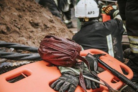 В Киеве во время прокладки электрокабеля рабочего засыпало землей