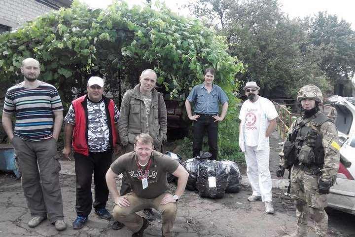 Віталій Марків (праворуч) з групою волонтерів і журналістів на Карачуні
