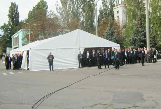 На судозаводе не нашлось подходящего помещения, поэтому Президента принимали в палатке, куда свезли красные дорожки из коридоров облгосадминистрации