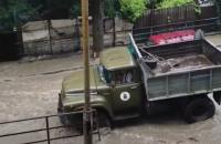 Внаслідок потопу у Ялті загинув чоловік, 8 осіб постраждало