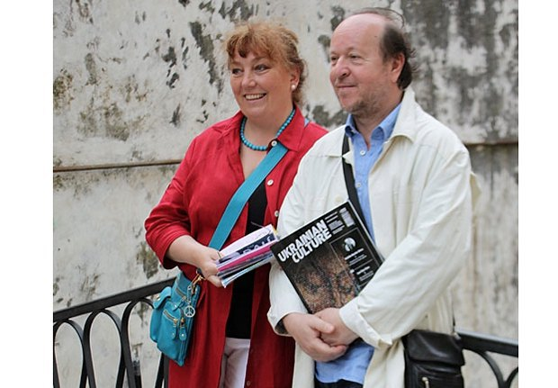 """Єжи з журналом """"Українська культура"""" під час Венеціанської бієнналє в 2010-му році"""