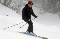 """В день антикоррупционных протестов в РФ Медведев """"неплохо покатался на лыжах"""""""