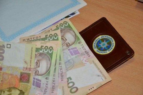Во Львове сотрудница миграционной службы попалась на взятке за оформление загранпаспорта