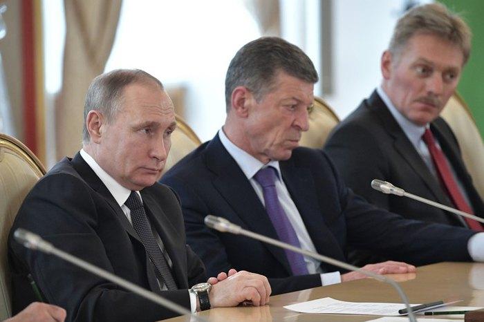 Президент РФ Владимир Путин (слева), вице-премьер России Дмитрий Козак (слева) и пресс-секретарь Кремля Дмитрий Песков во время встречи с иностранной делегацией в Кремле, 05 апреля 2017